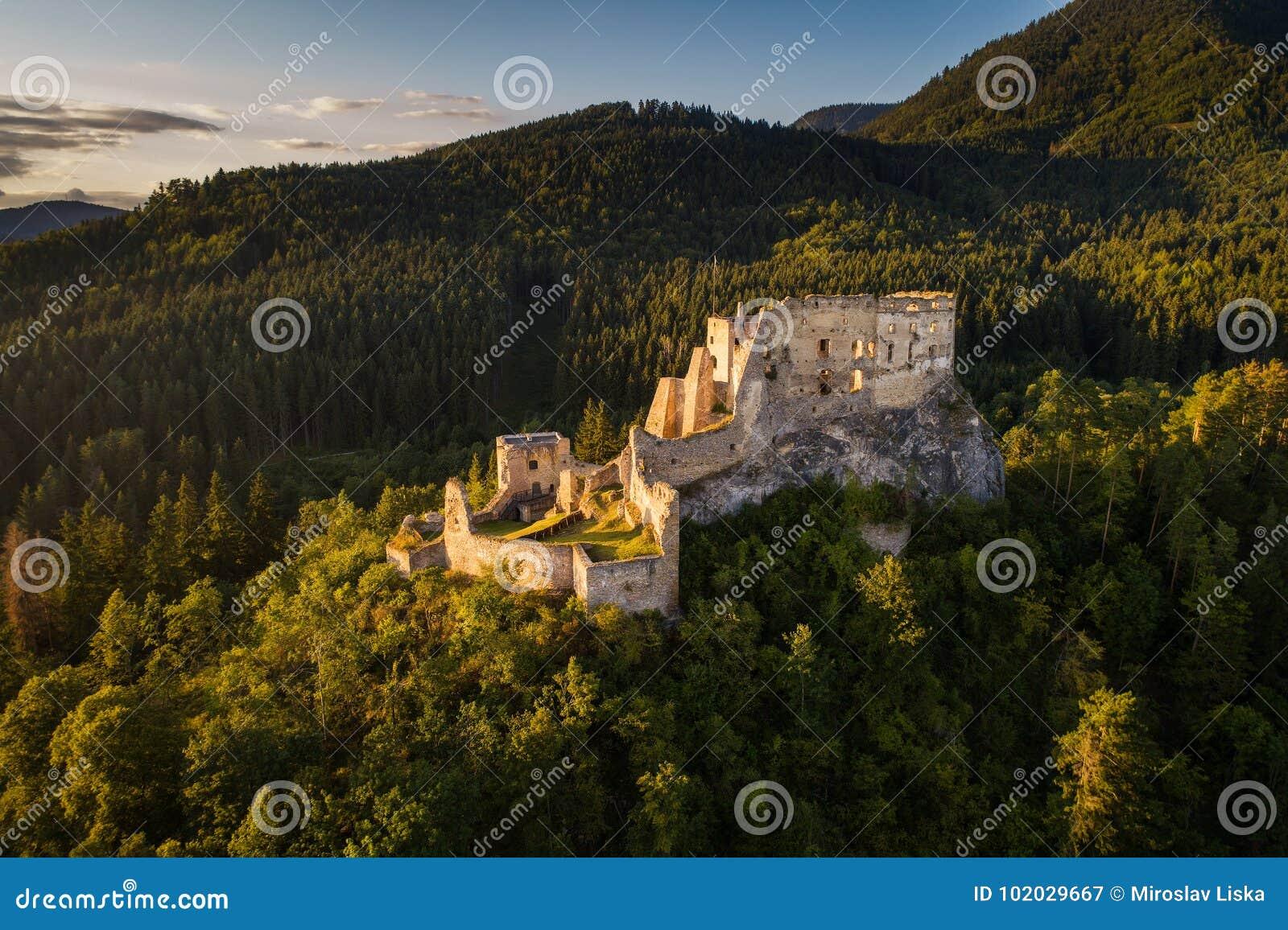 Verlaten ruïnes van een middeleeuws kasteel in het bos