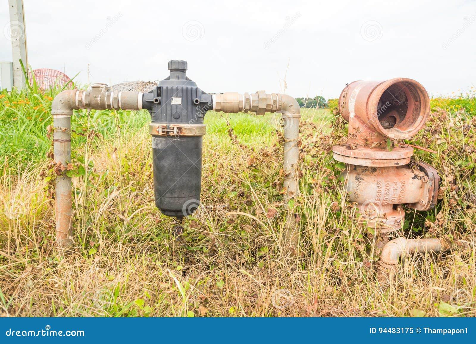 Verlaten Rustieke Waterpijp en Waterfilter op Gebied