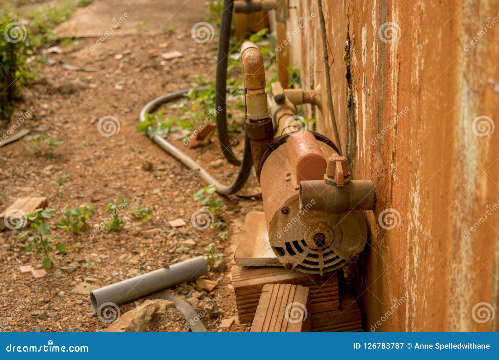 Verlaten Rusty Water Turbine Generator - Beschimmeld Gepeld Beton