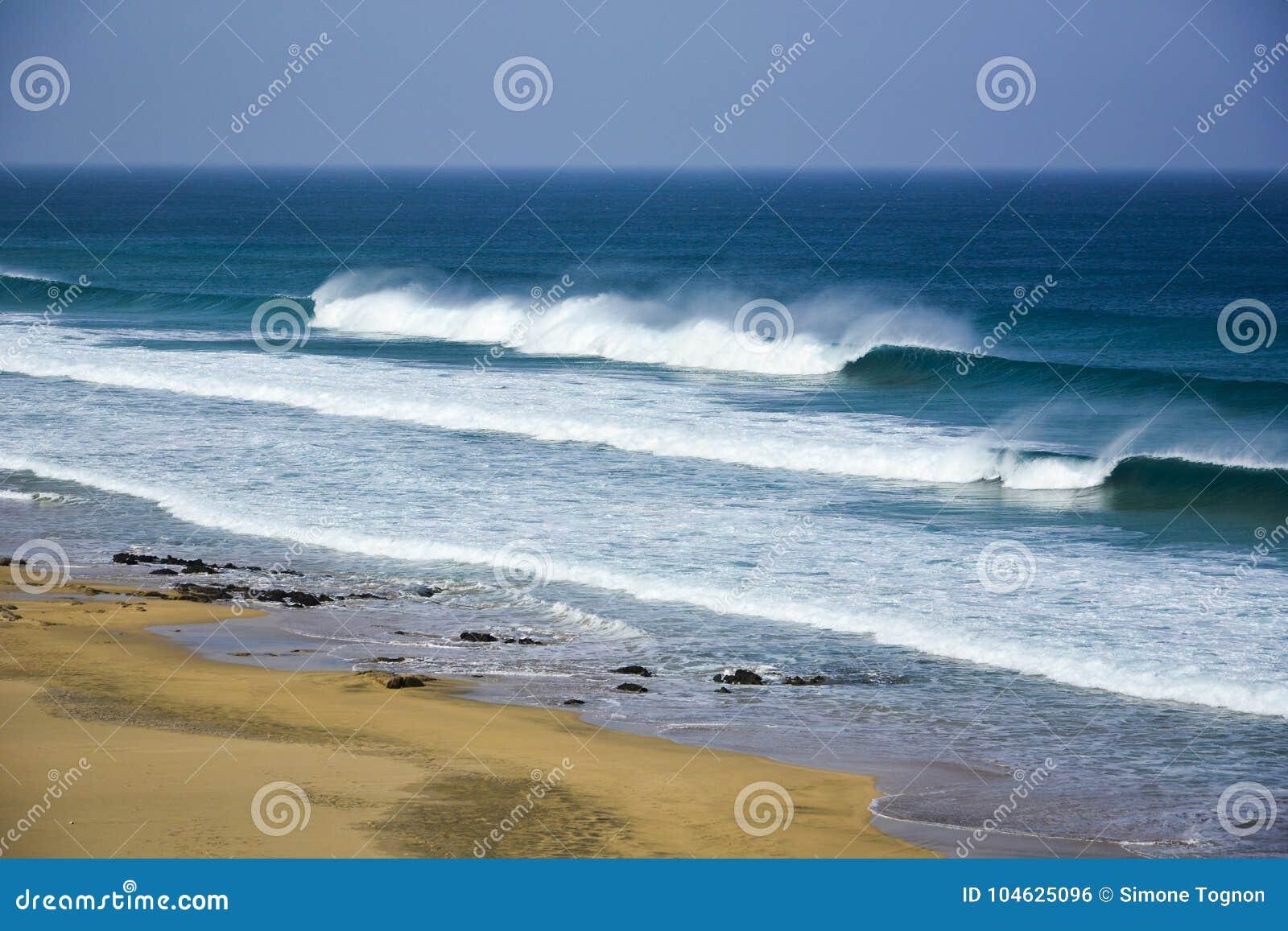 Download Verlaten Strand Met Grote Golven Stock Foto - Afbeelding bestaande uit adrenaline, land: 104625096