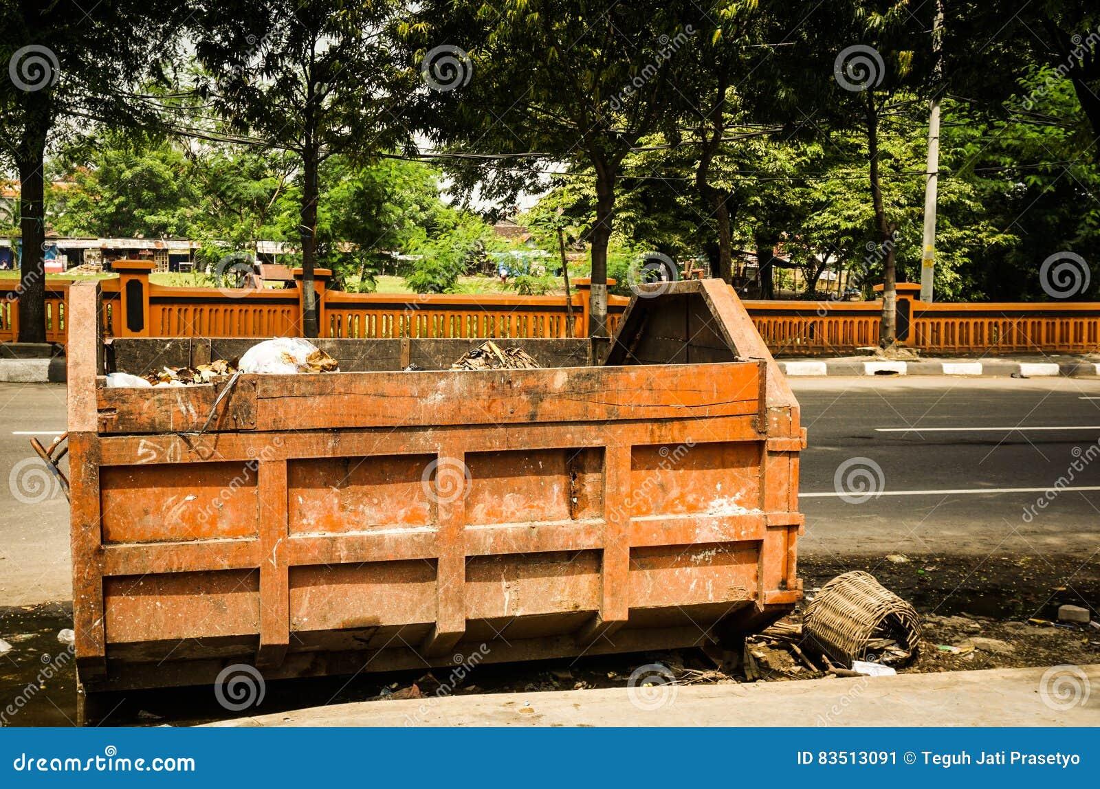 Verlaten vuilnisauto op de weg zijdiefoto in Semarang Indonesië wordt genomen
