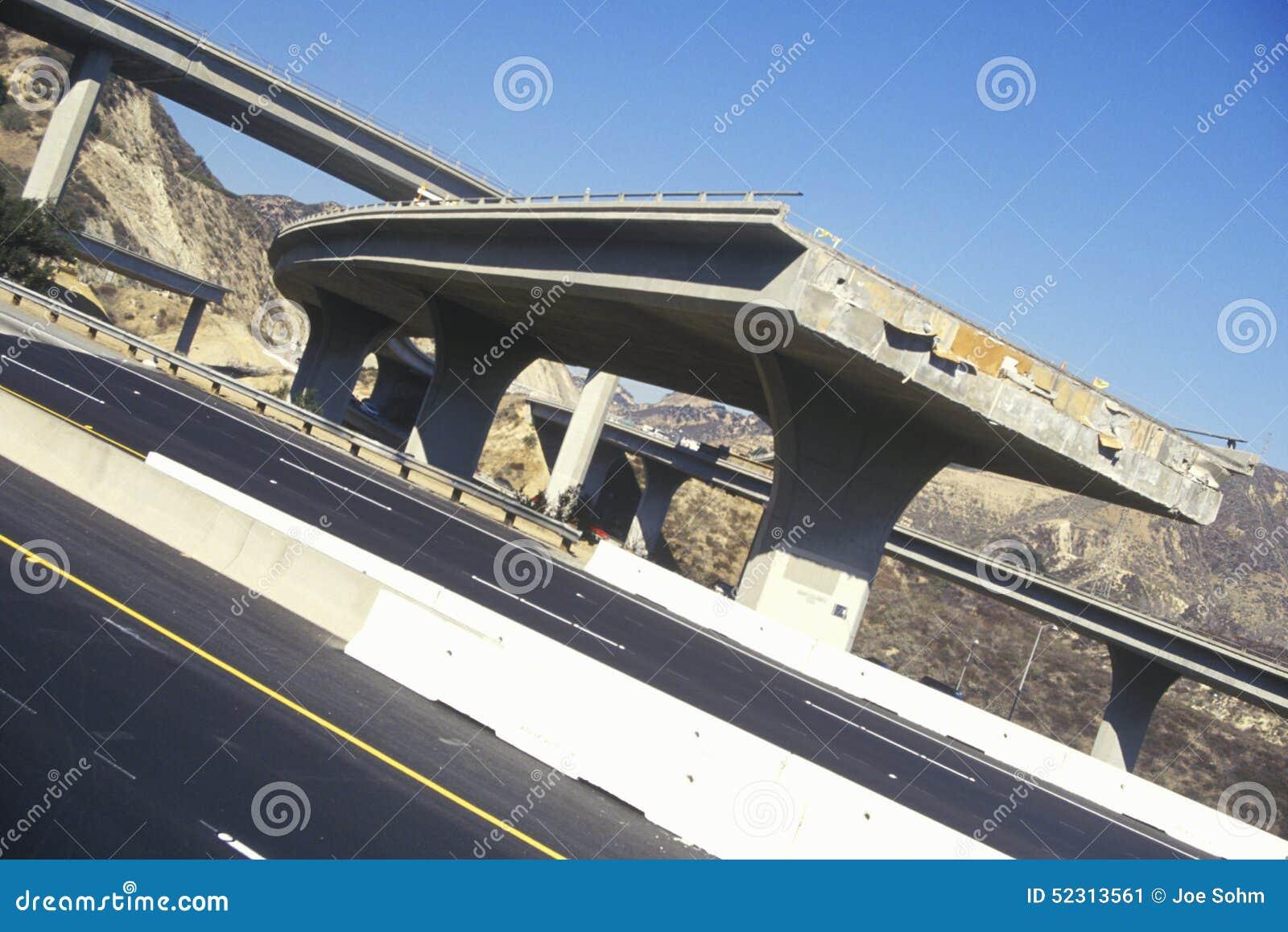 Verlegen Sie den Unfall mit 5 und 118 Autobahnen, der dem 1994 Northridge-Erdbeben, Süd-Kalifornien folgt