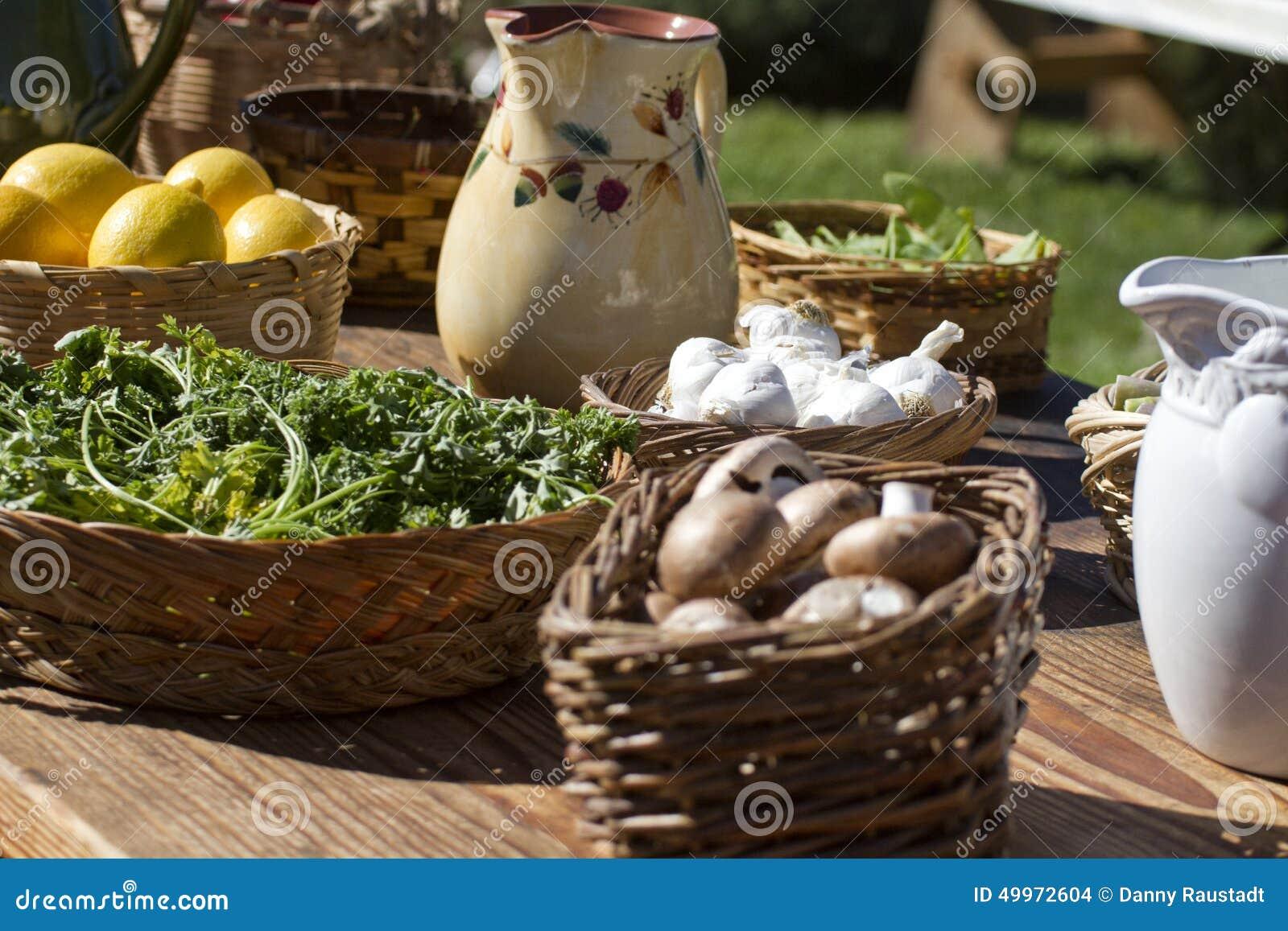Verlegen Sie voll vom frischen Garten - Vielzahlgemüse
