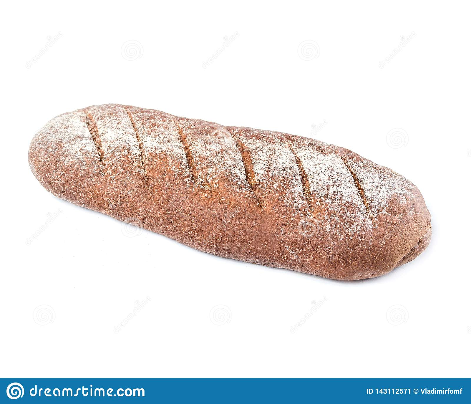 Verlengd brood van bruin die roggebrood bloomer met bloem op bovenkant op een witte plaat op witte achtergrond wordt bestrooid