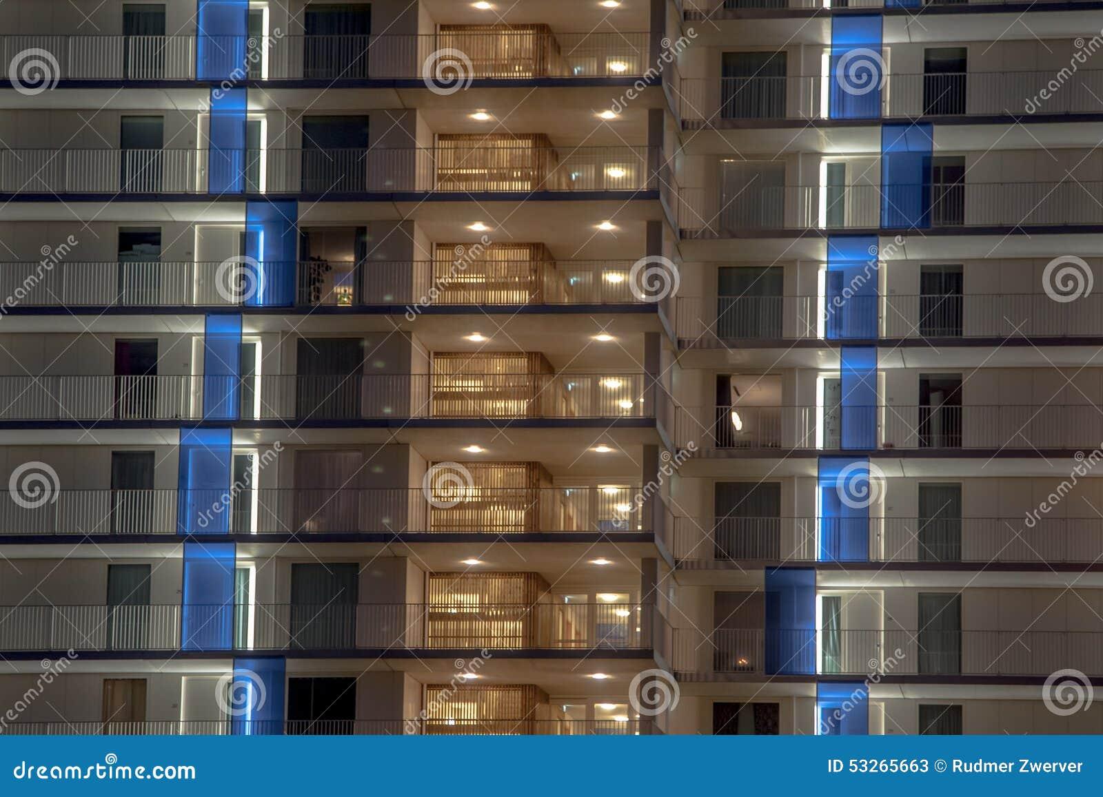 Verlicht balkon stock afbeelding. Afbeelding bestaande uit hong ...
