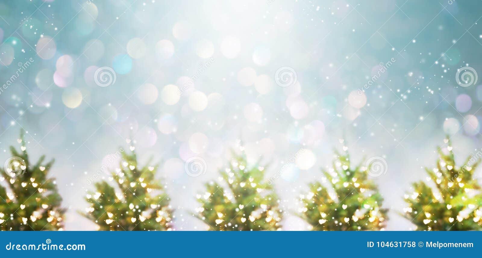 Download Verlichte Kerstbomen stock foto. Afbeelding bestaande uit hart - 104631758