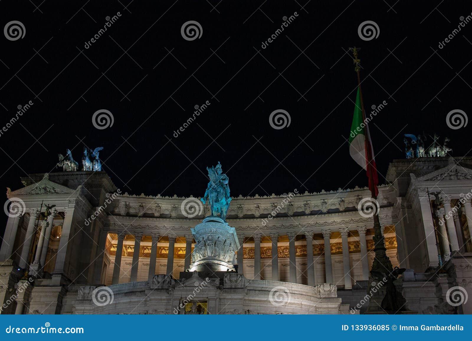 Verlichting van de boom van Rome, in Piazza Venezia De lichten en de rode en gele ballen verfraaien de boom