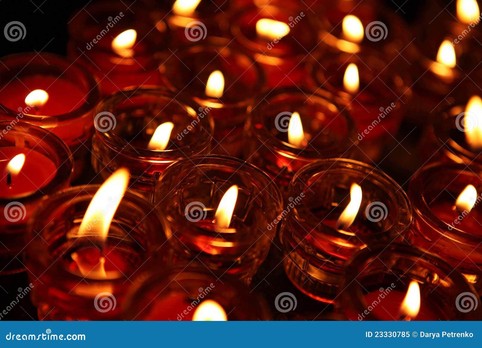Verlichting van het Bidden kaarsen in een tempel.
