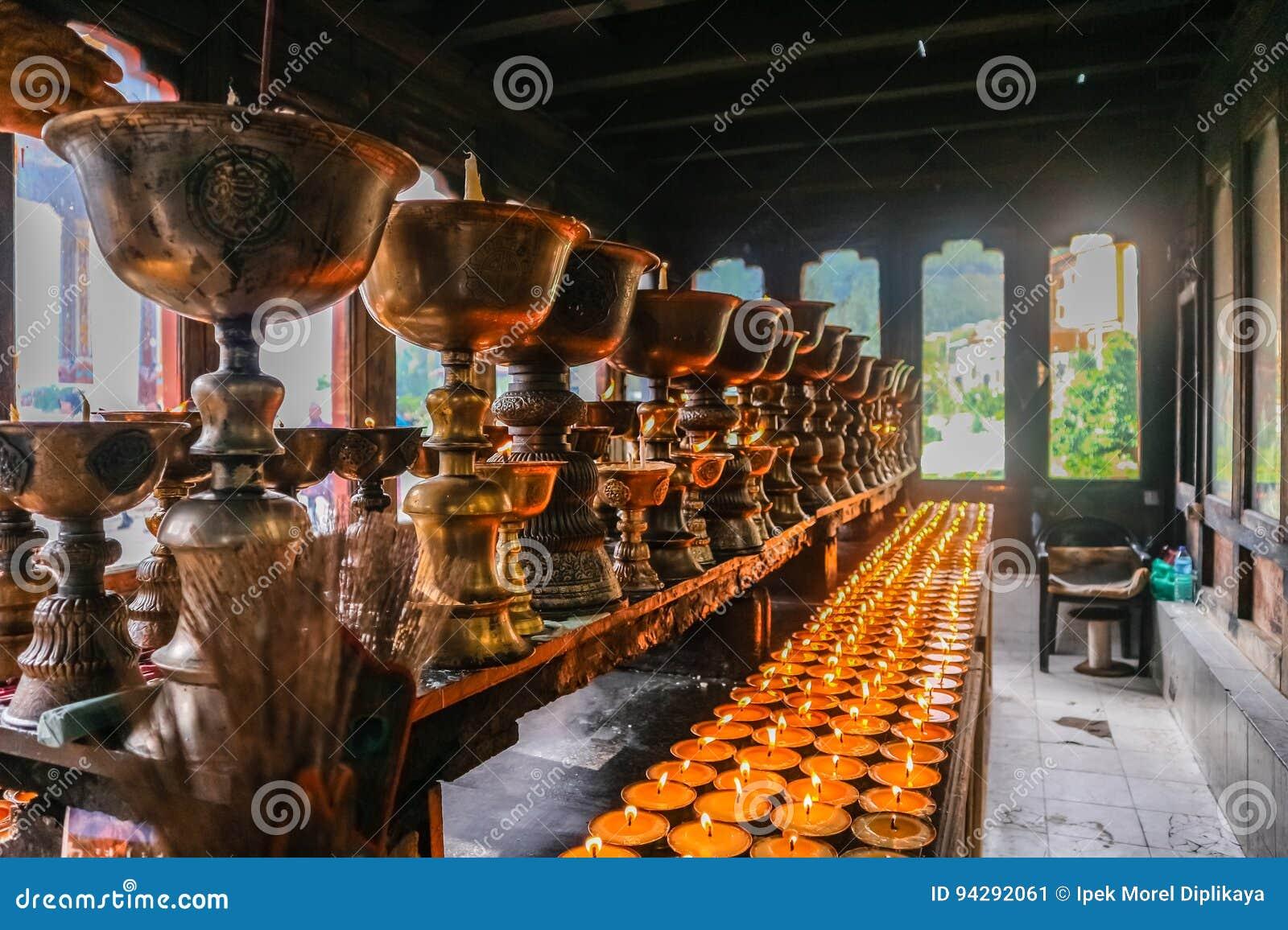 Verlichting van het bidden kaarsen in Zangdhopelri-Klooster in Thimphu, Bhutan