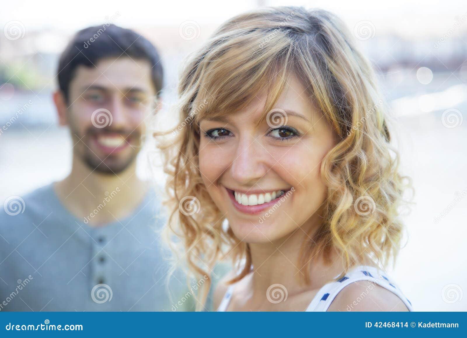 Verliebte Frau mit Freund