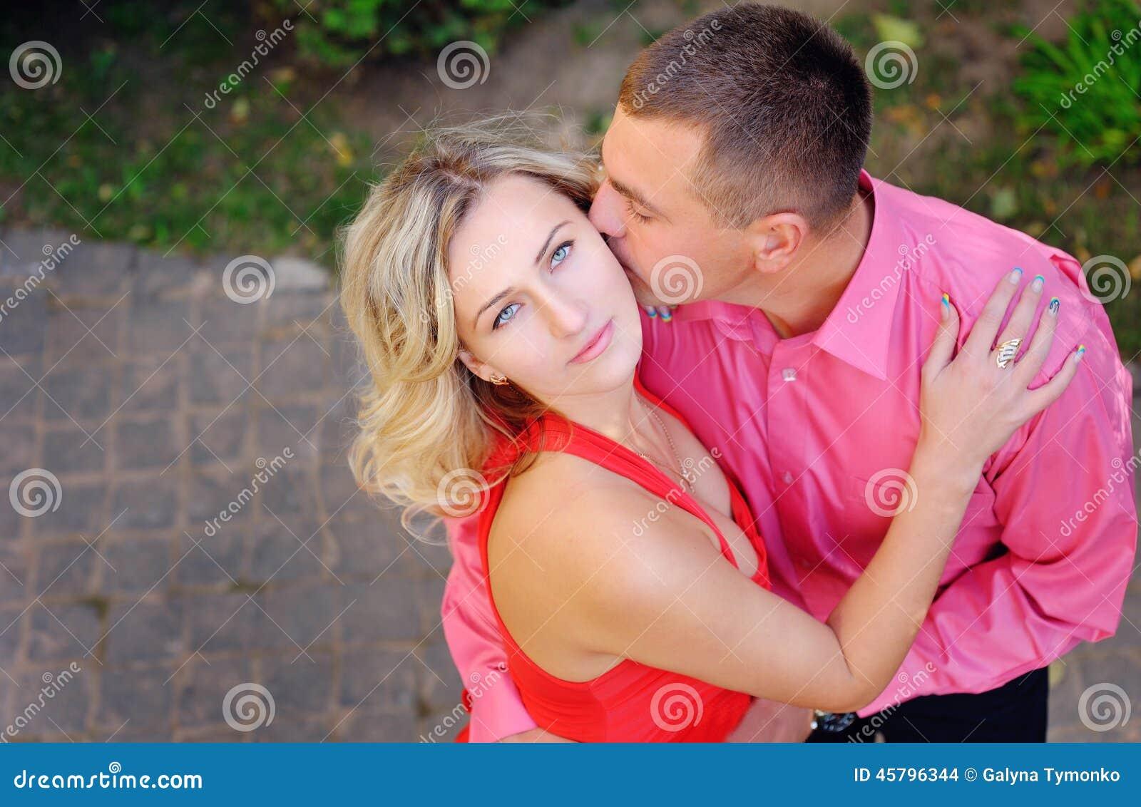 Verliebter Mann Der Seinen Liebhaber Küsst Stockfoto Bild Von