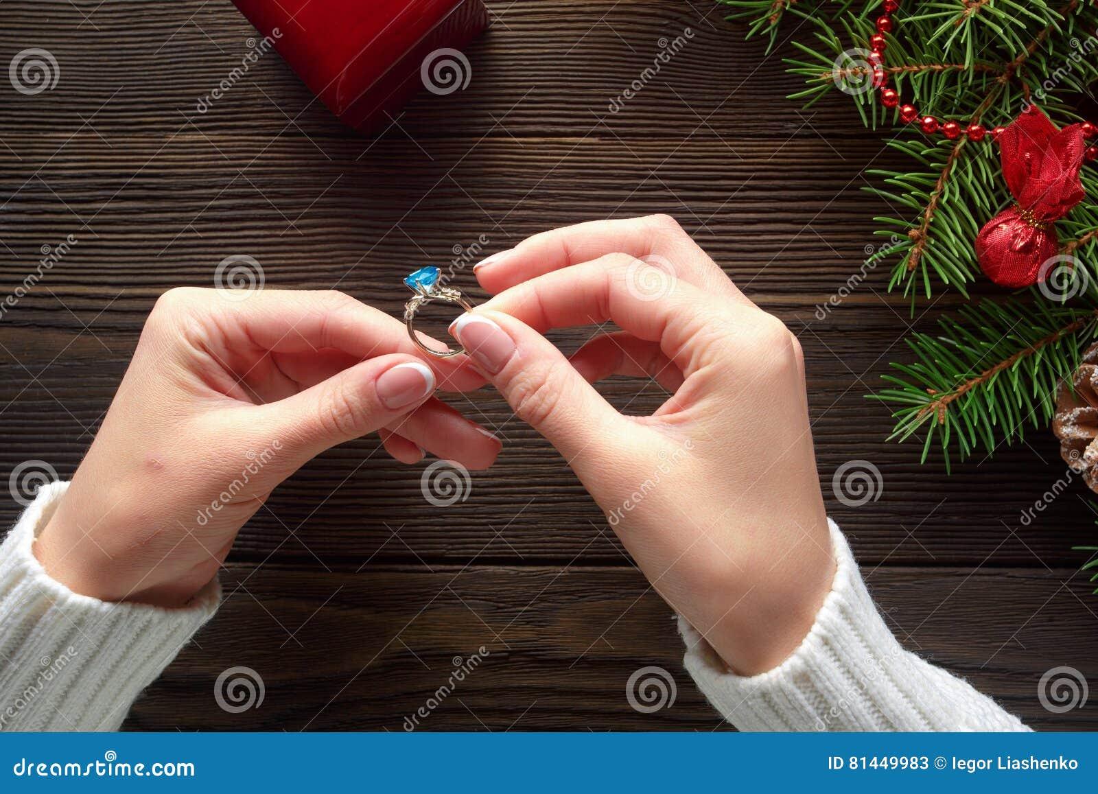 Verlobungsring In Den Weiblichen Handen Unter Weihnachtsdekorationen