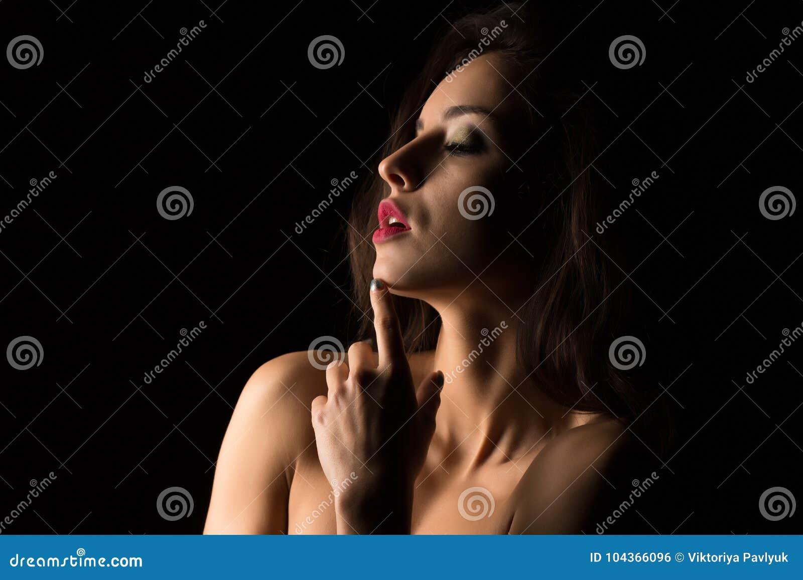 Verlockende Brunettefrau mit dem hellen Make-up, das mit nacktem SH aufwirft