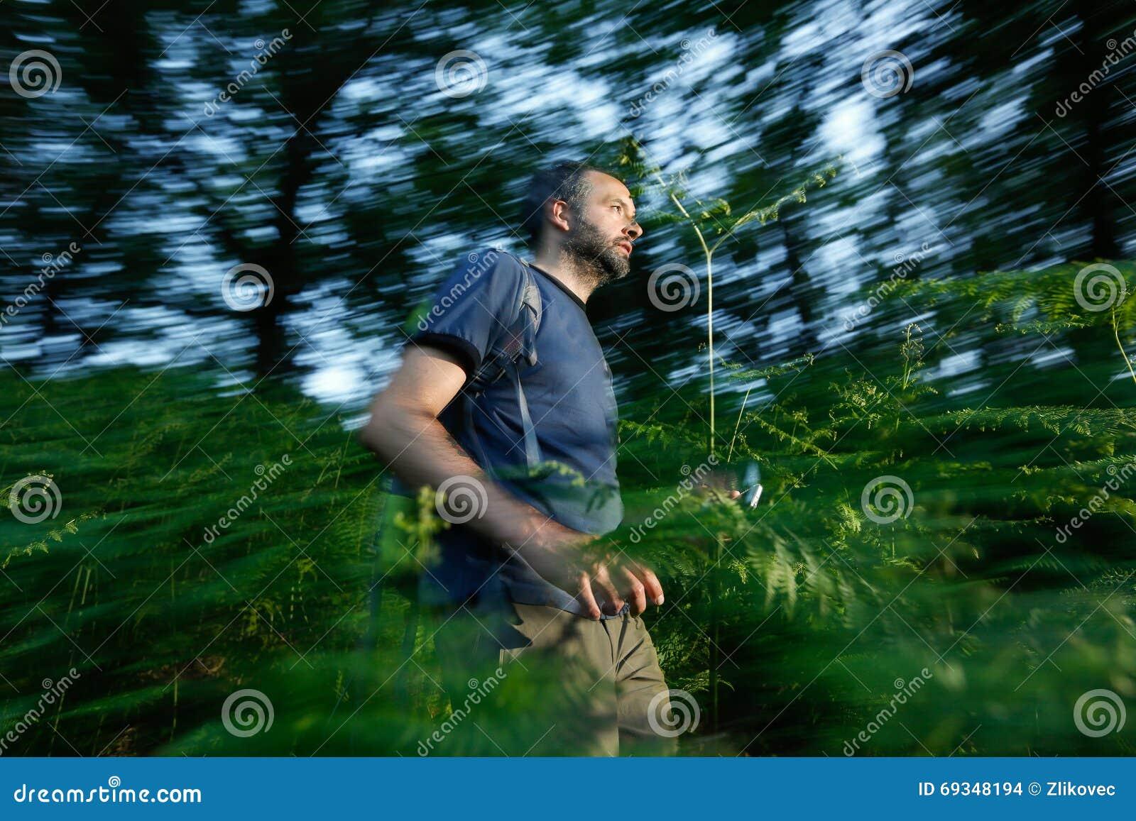Verloren mens die het hout doornemen