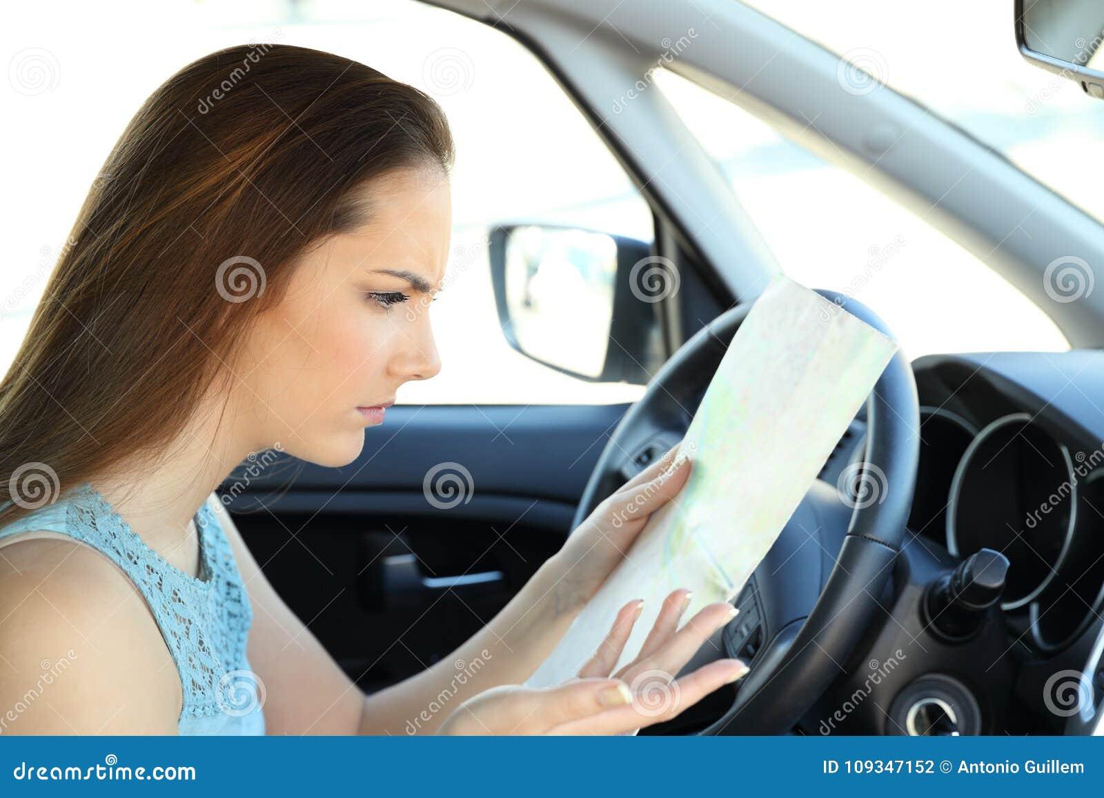 Verlorener Fahrer, der versucht, Richtung in einen Führer zu finden