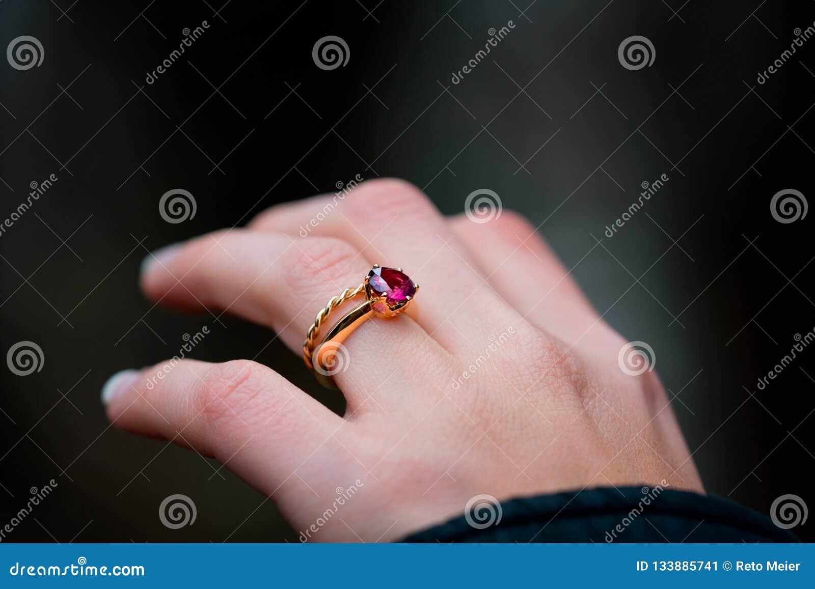 Verlovingsring op de hand van een meisje van Yong