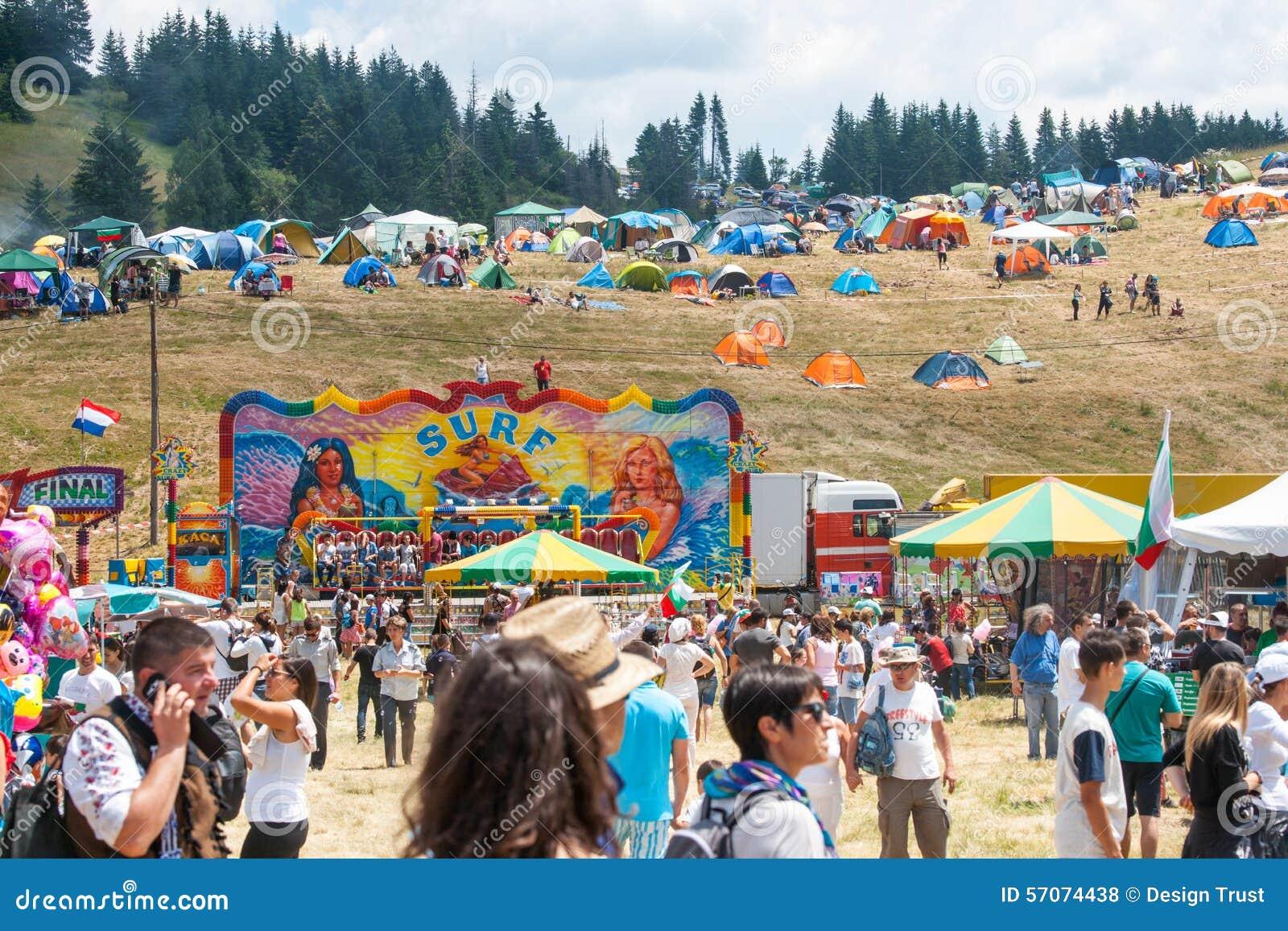 Vermaakritten en tenten op Rozhen-folklorefestival