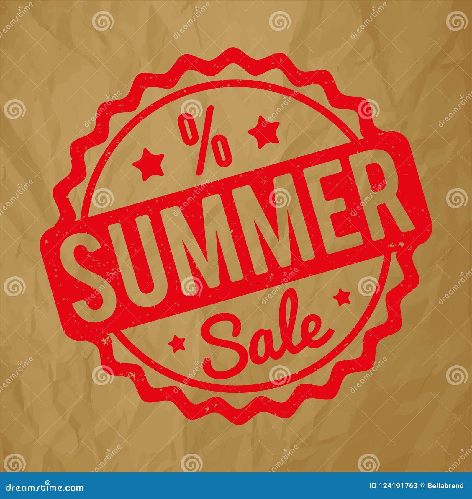 Vermelho do carimbo de borracha da venda do verão em um fundo marrom de papel amarrotado
