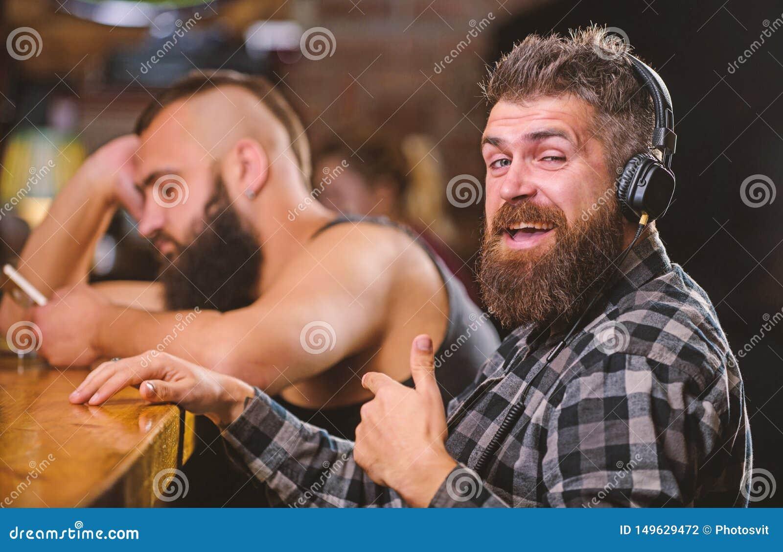 Vermijd mededeling Vluchtwerkelijkheid Vrijdagontspanning in bar Besteedt de Hipster gebaarde mens vrije tijd bij barteller orde