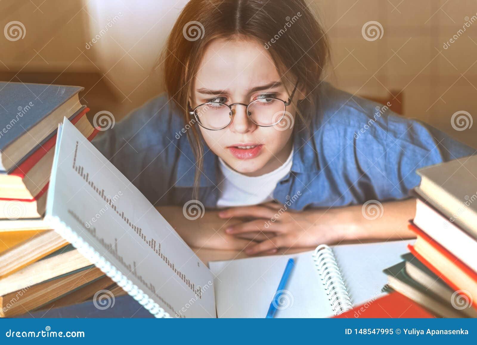 Vermoeid die bored tienermeisje door moeilijke te leren wordt verstoord