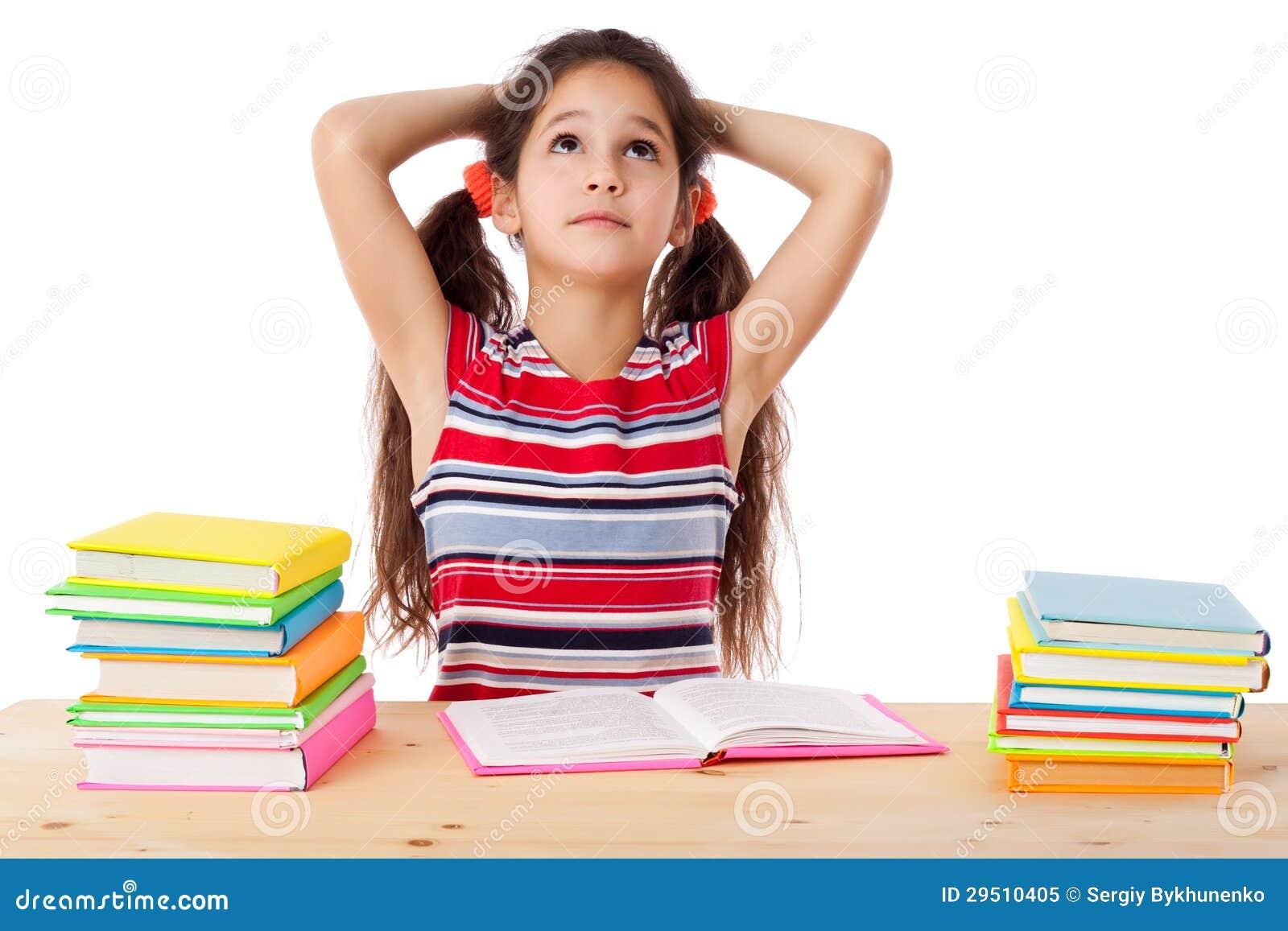 Vermoeid meisje met stapel boeken