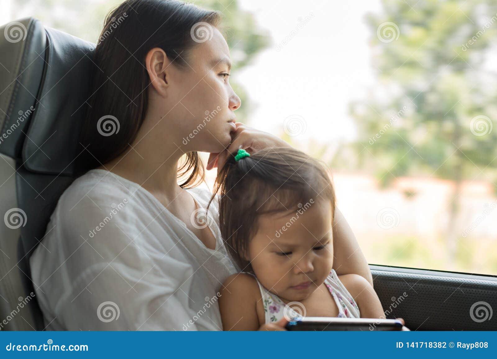Vermoeide beklemtoonde moeder die met haar jong geitje op de bus reizen Depressiewanorde