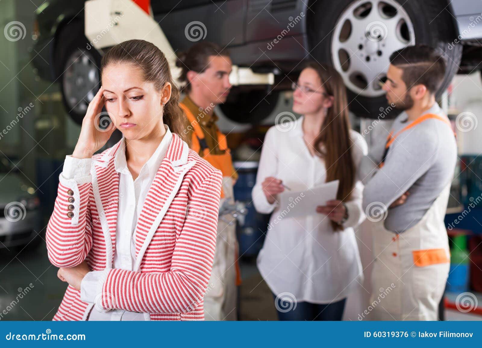 Vermoeide cliënt bij de autodienst