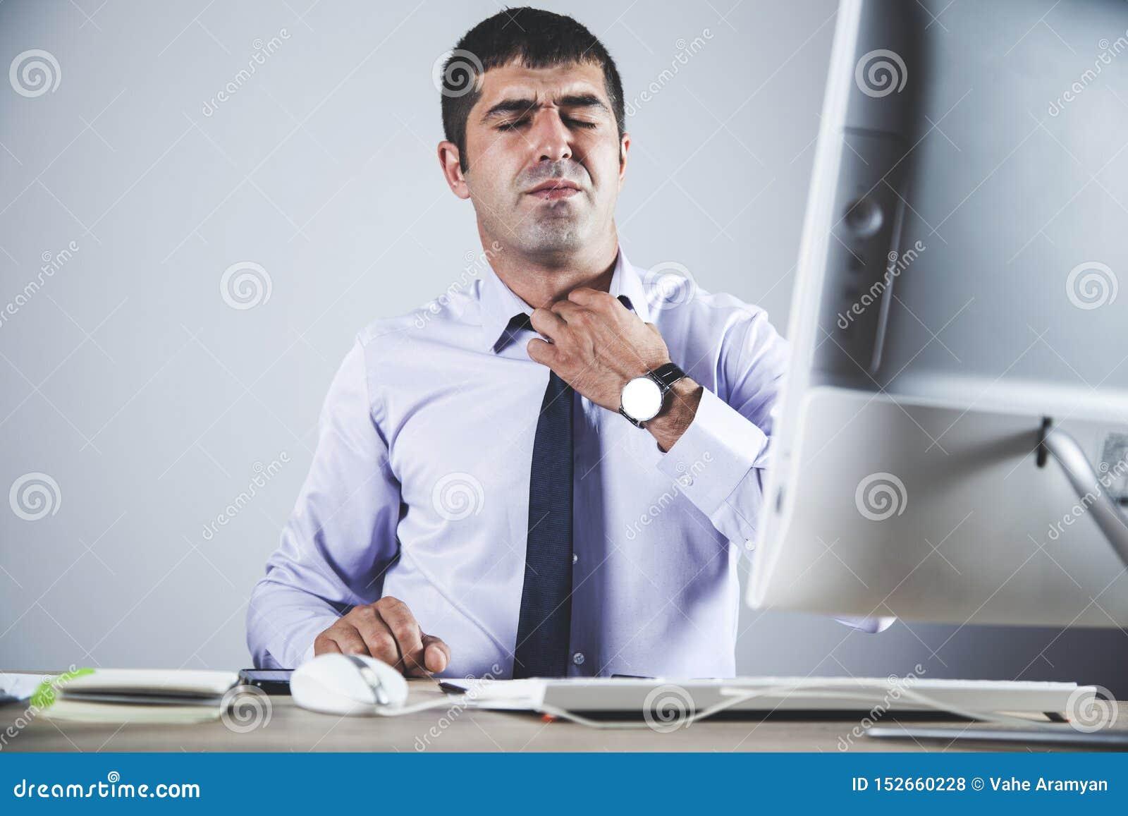 Vermoeide mens in bureau