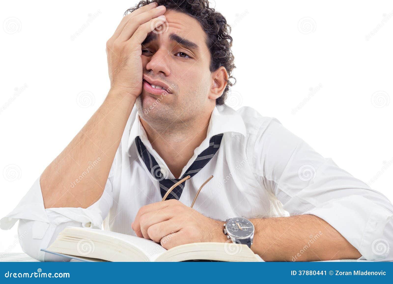 Vermoeide mens met glazen in witte overhemdszitting met boek