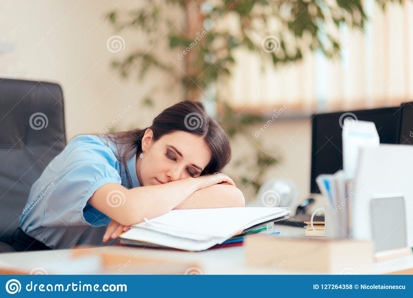 Vermoeide Vrouw het Werk Overuren op het Kantoor