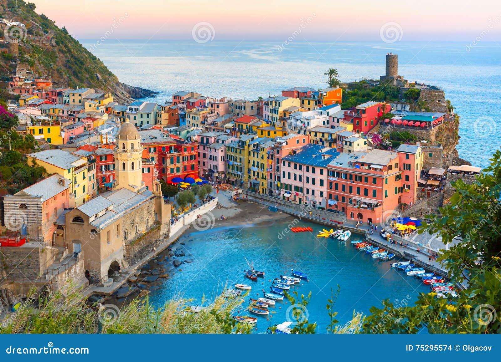 Vernazza bij zonsondergang, Cinque Terre, Ligurië, Italië