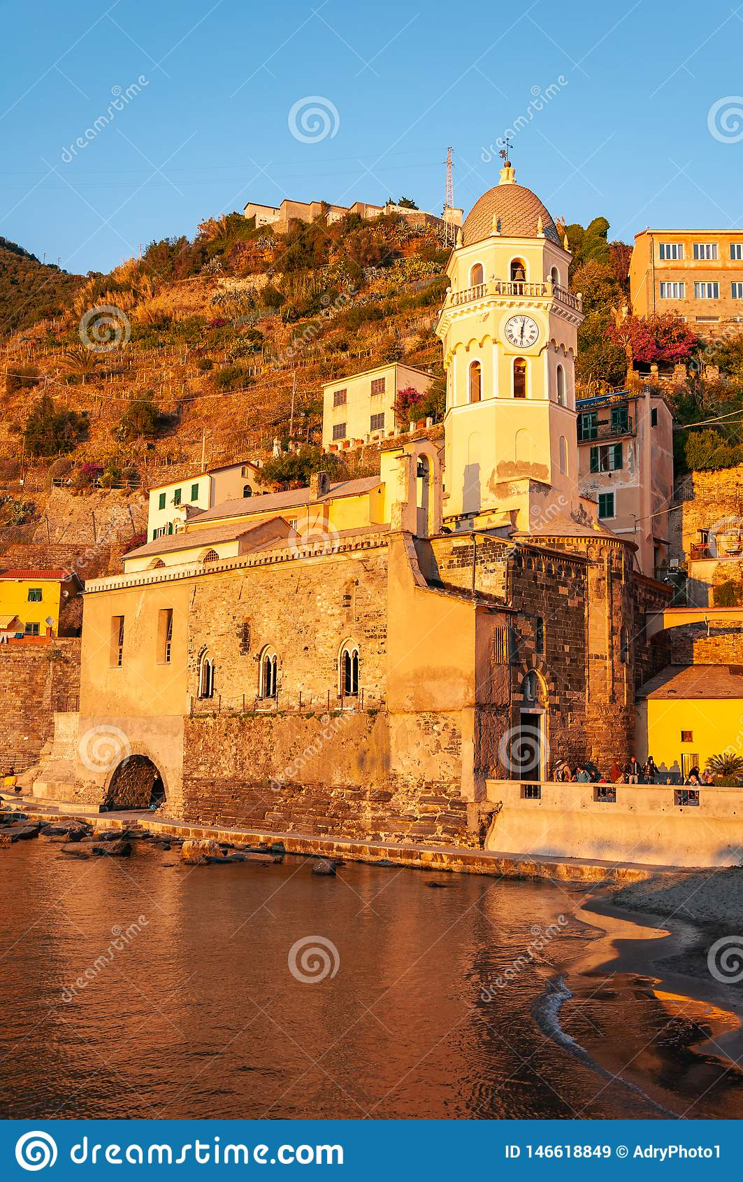 Vernazza in Cinque Terre bei Sonnenuntergang, Italien