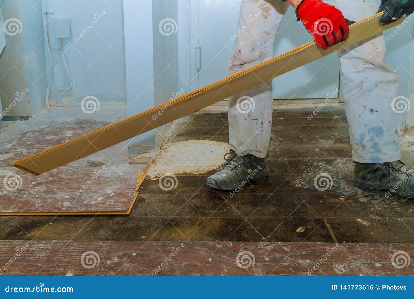 Vernietig van oude houten parketvloer met huisvernieuwing