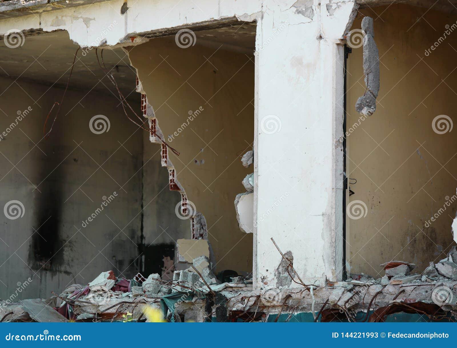 Vernietigd huis na de instorting van de muren