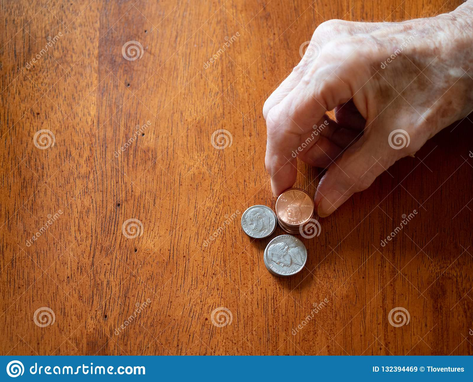 Vernikkelt de Gerimpelde Hand die van het bejaarde Pence stapelen, en Dime