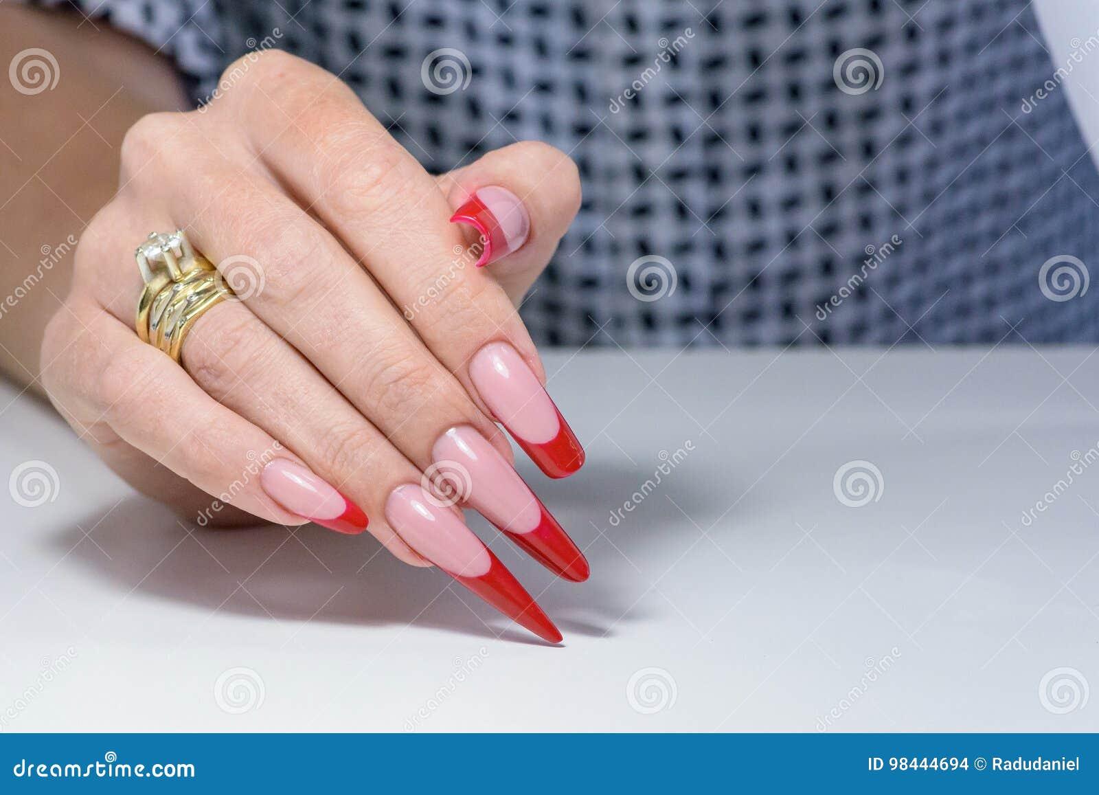 Vernis à ongles Art Manicure Vernis à ongles noir rouge de gradient de style moderne Mains de beauté avec les clous à la mode col