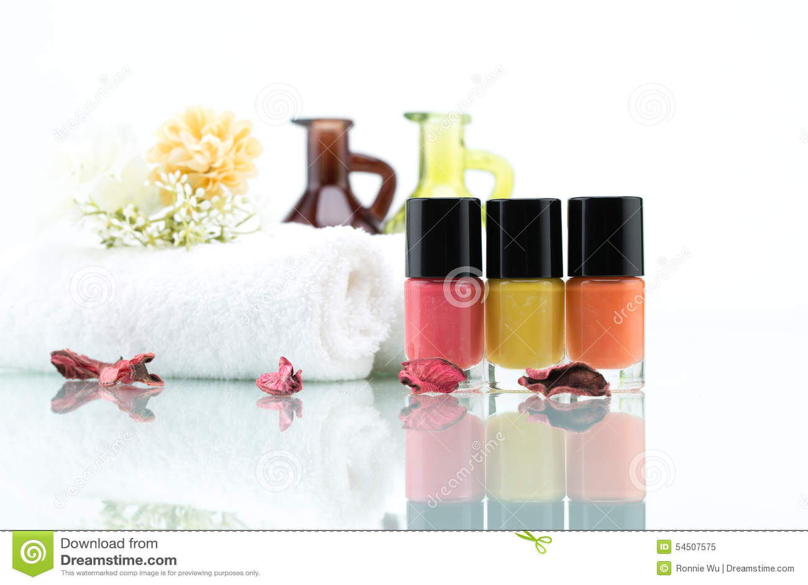 Vernis à ongles colorés et fleurs sèches