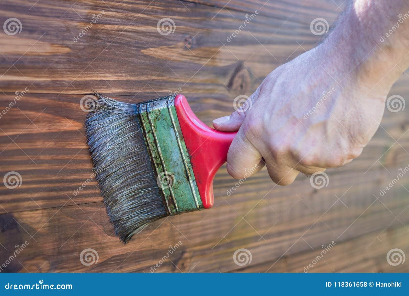 Vernis de peinture sur le bois - vernissant la surface en bois -