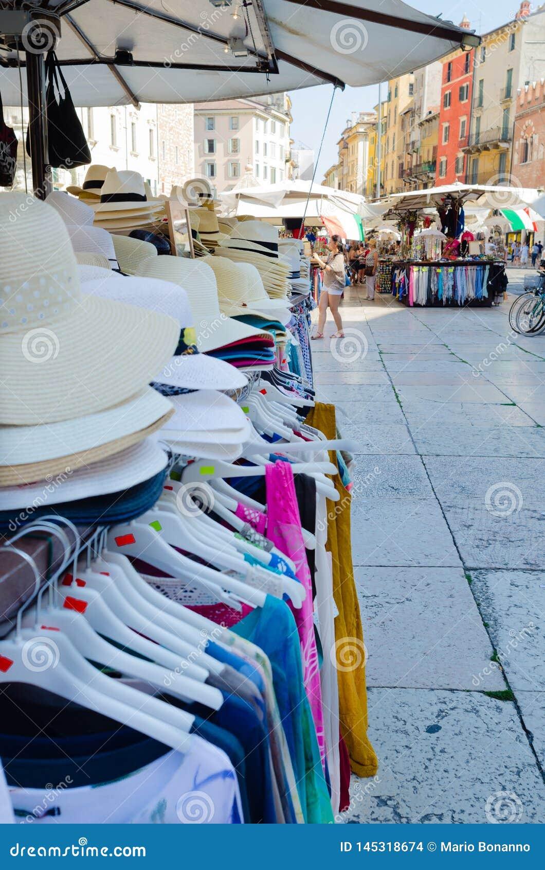 Verona, Itali? ?? ?19 Juli 2014: Detail van een box met hoeden voor verkoop met de achtergrond van Piazza delle Erbe het beroemds