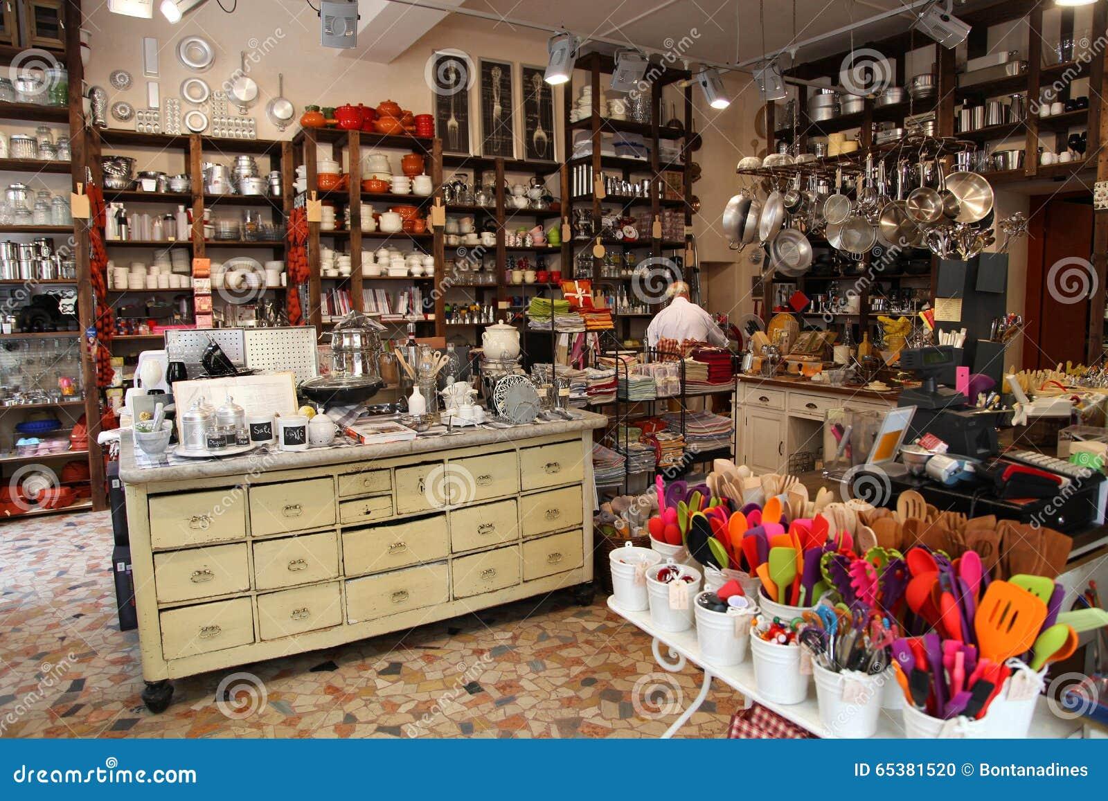 VERONA, ITALIA - 31 DE AGOSTO DE 2012: Tienda italiana preciosa con los utensilios coloridos de la cocina en Verona, Italia