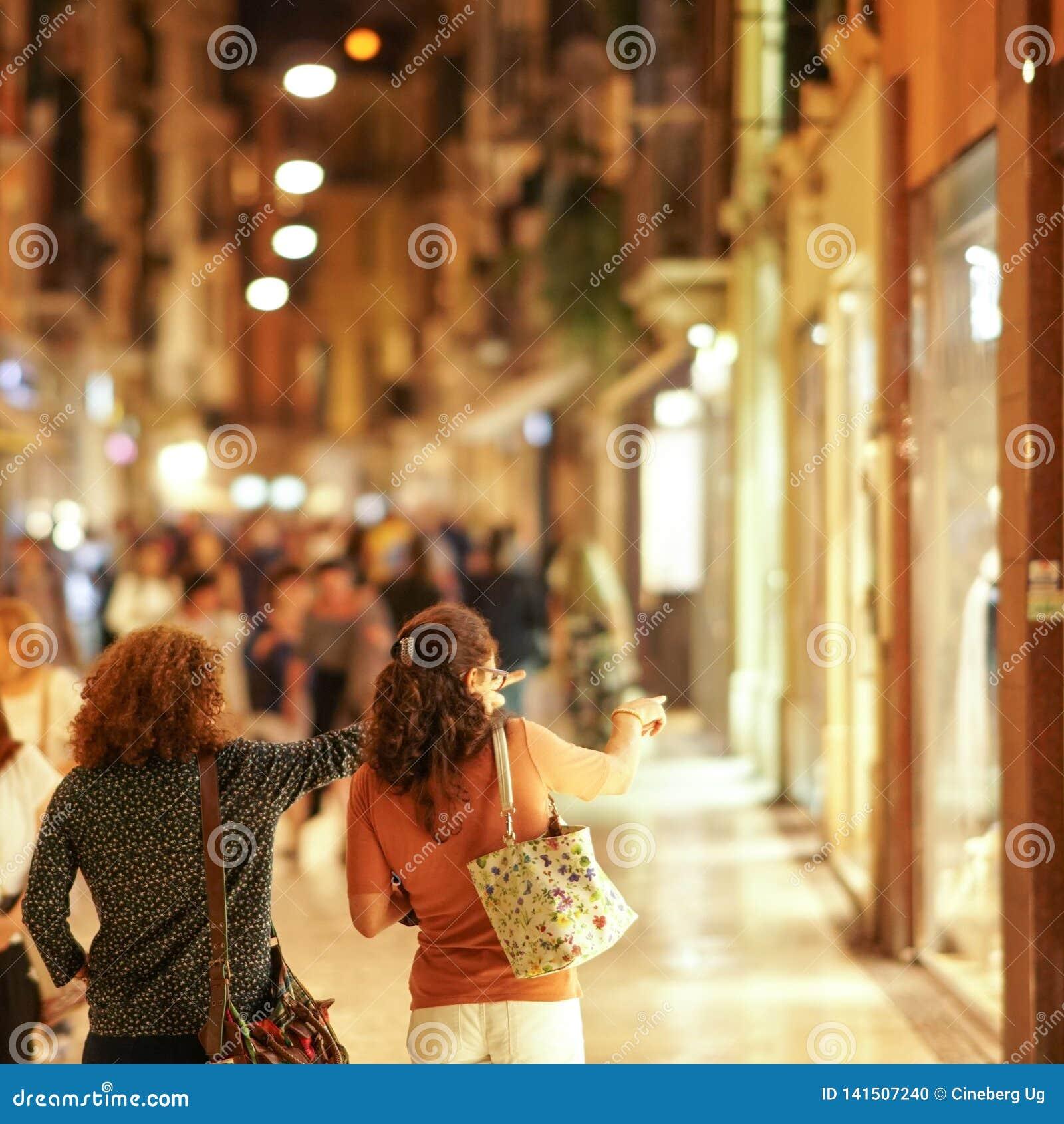 Verona, Italien - 5. September 2018: Einkaufsfrauen