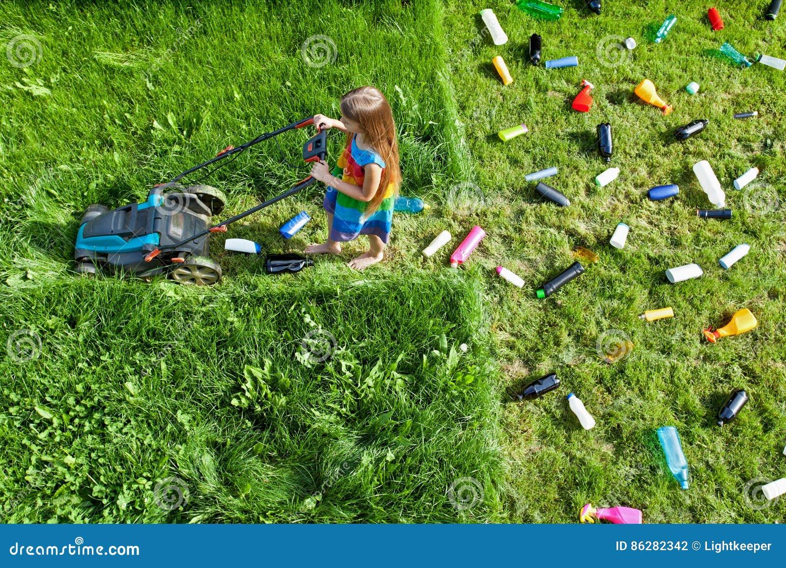 Verontreinigingsconcept met meisje en plastic draagstoel