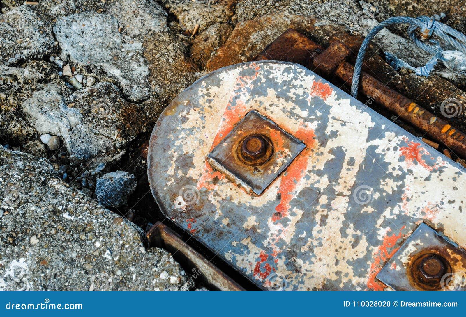 Verontrust metaal in concrete grond