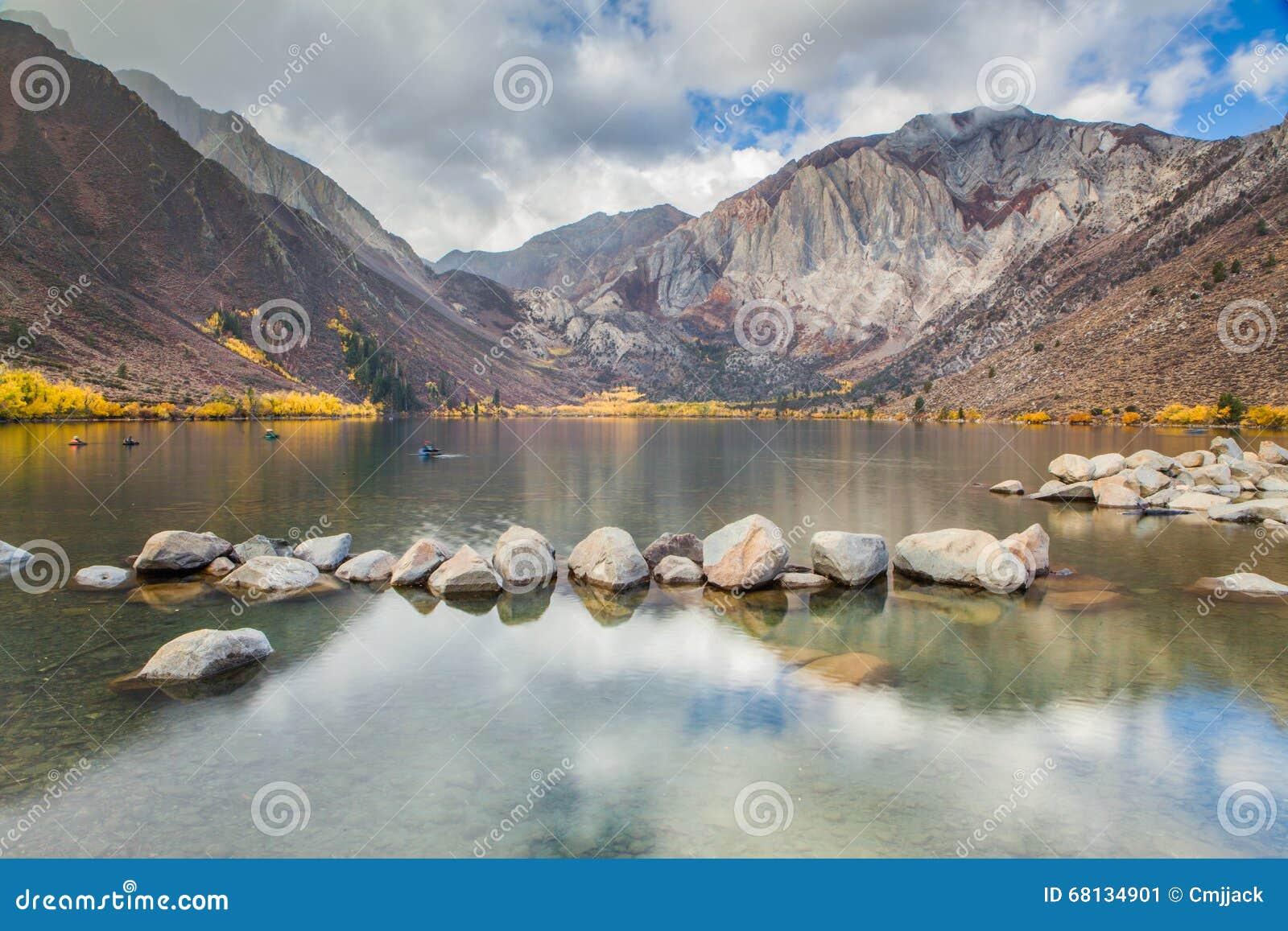 Veroordeel Meer in de Oostelijke Siërra Bergen in de herfst, Californië, de V.S.