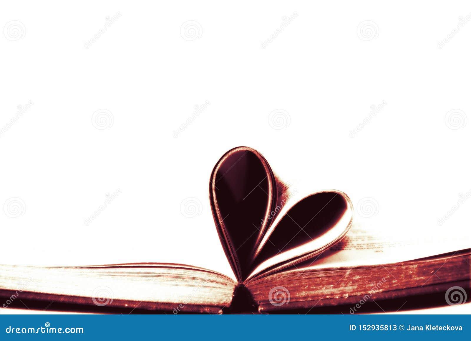 Verouderd oud die boek met pagina s in het symbool van de hartvorm met lege wit geïsoleerde exemplaar ruimteachtergrond gestalte