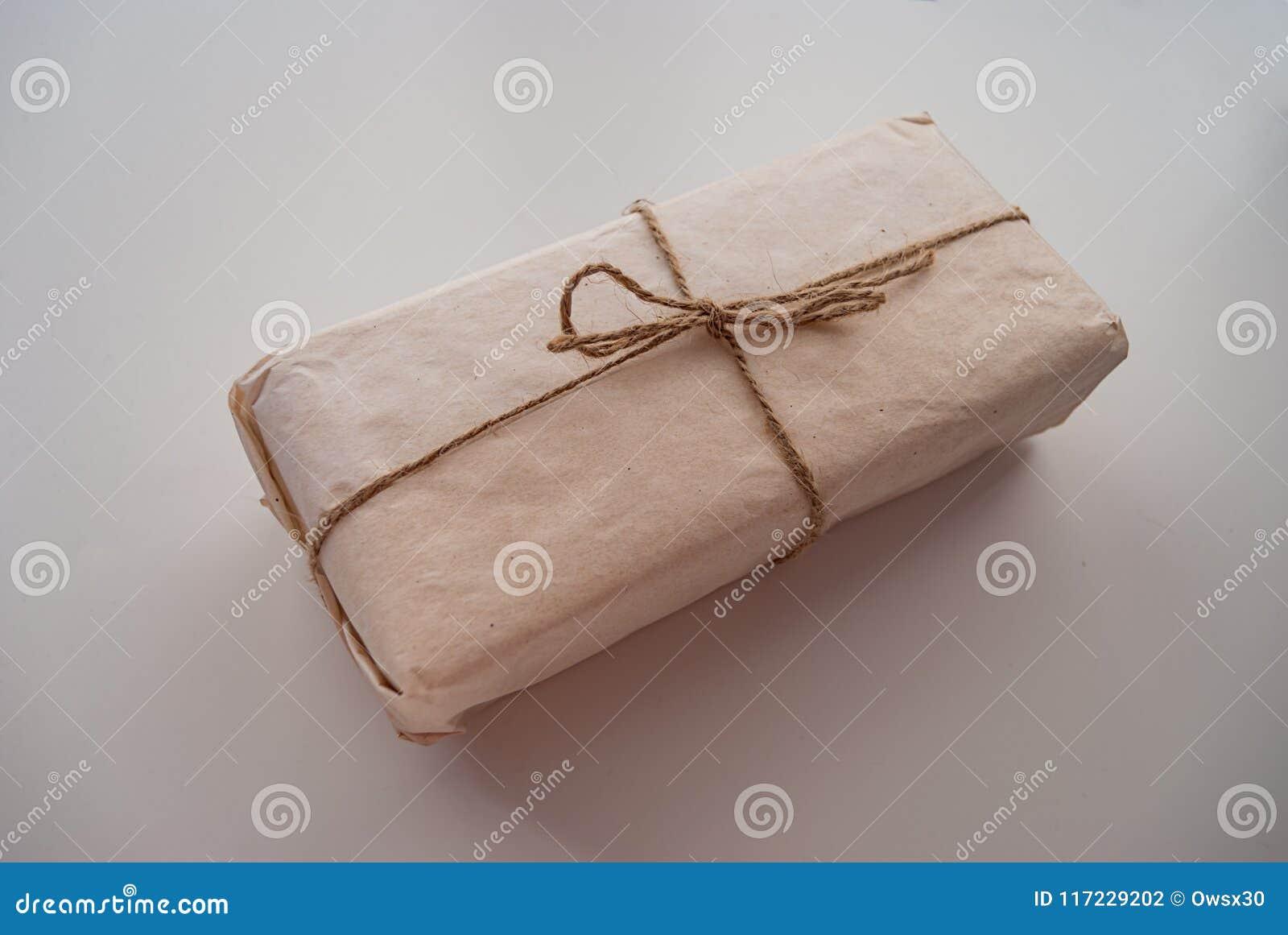 Verpakking gemaakt van met de hand gemaakt die Kraftpapier-document met streng wordt verpakt
