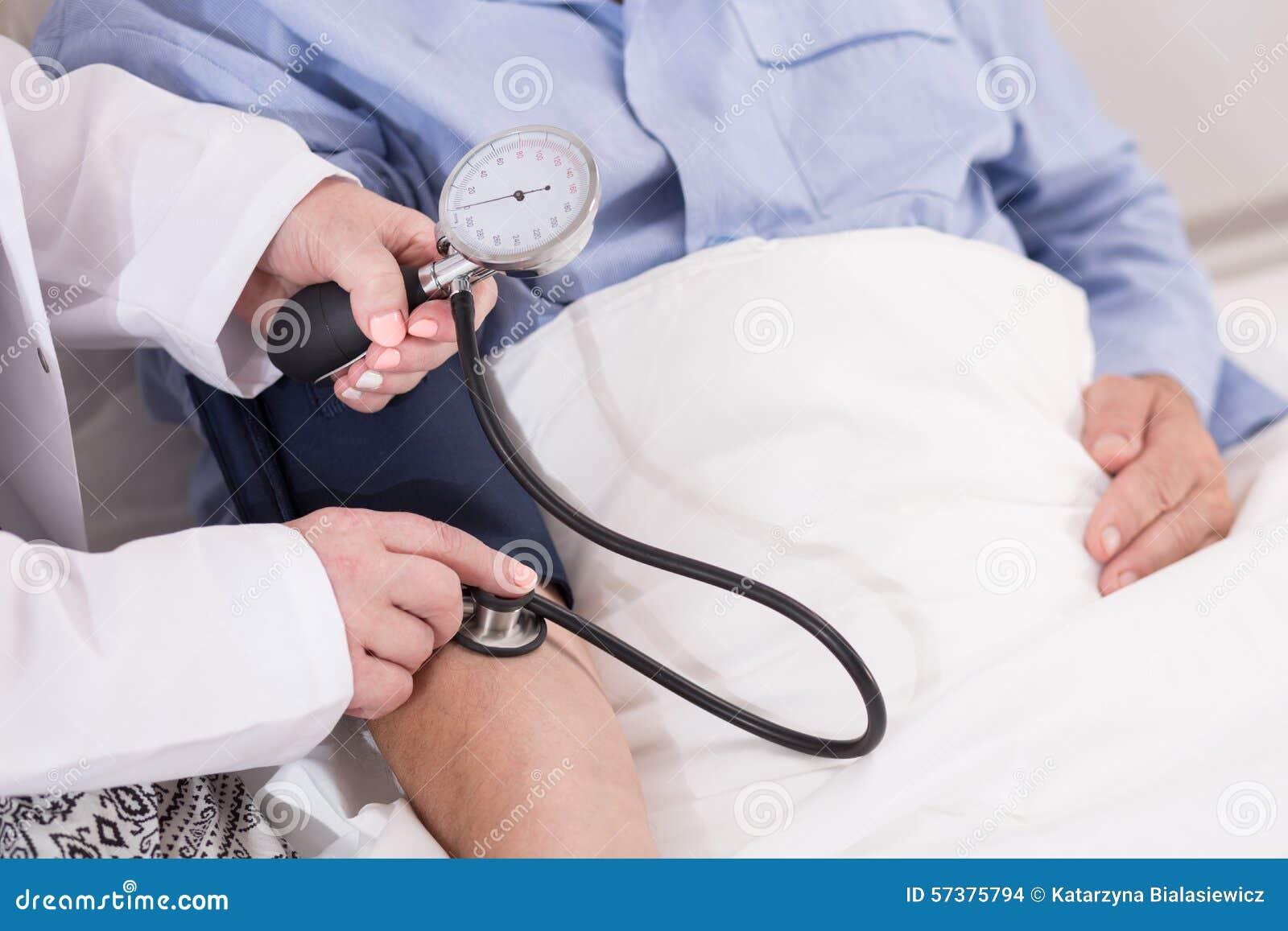 Verpleegster die bloeddruk meet