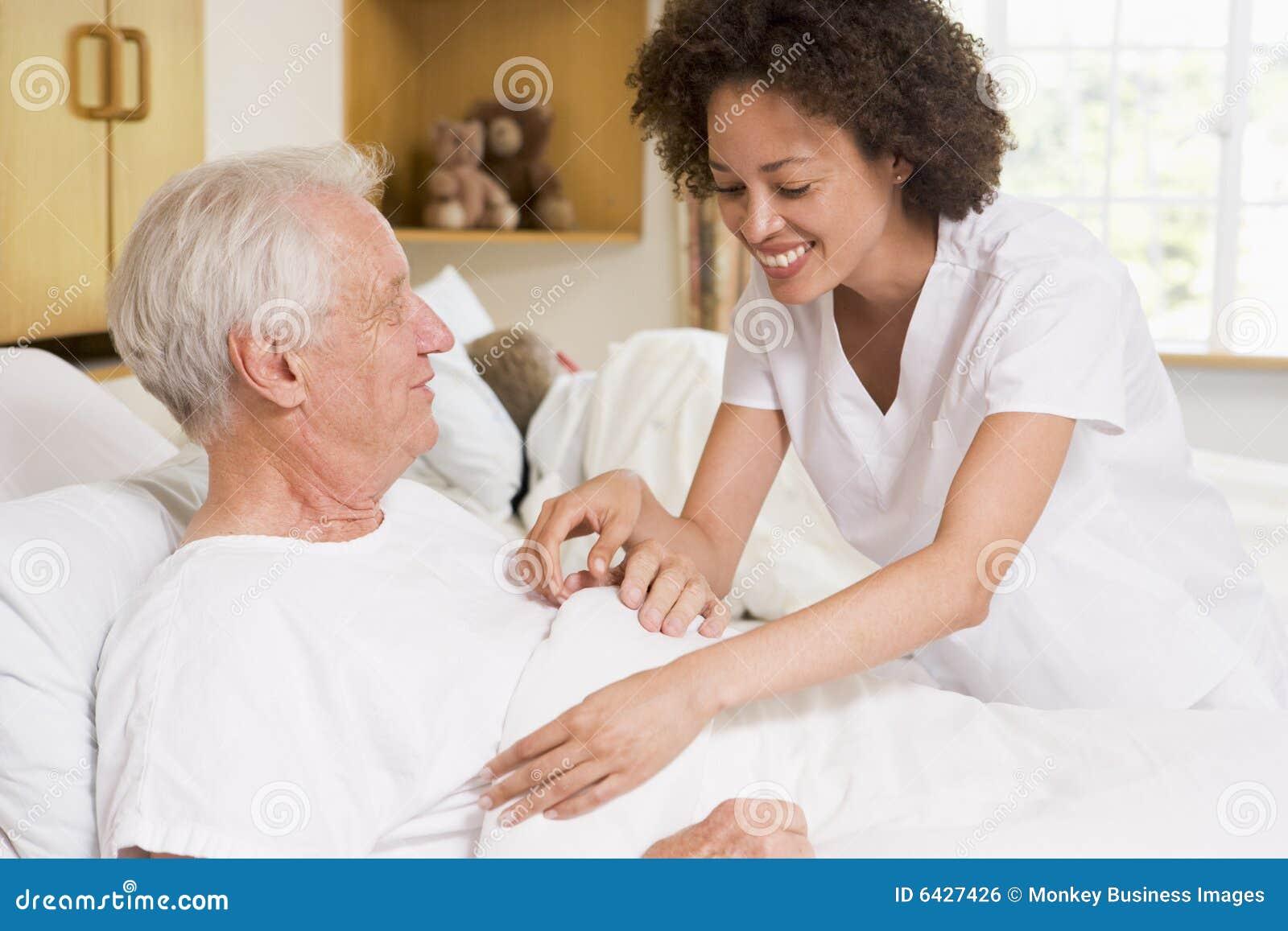 Verpleegster die de Hogere Mens helpt
