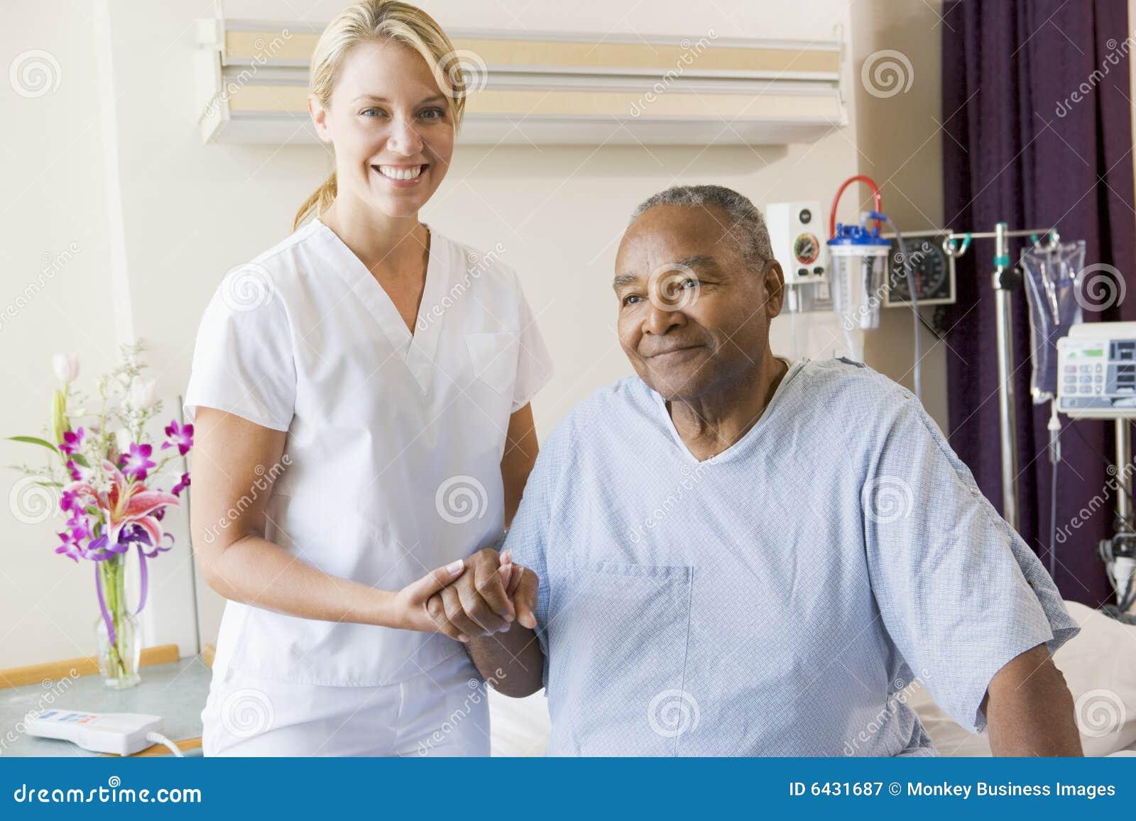 Verpleegster die de Hogere Mens helpt te lopen