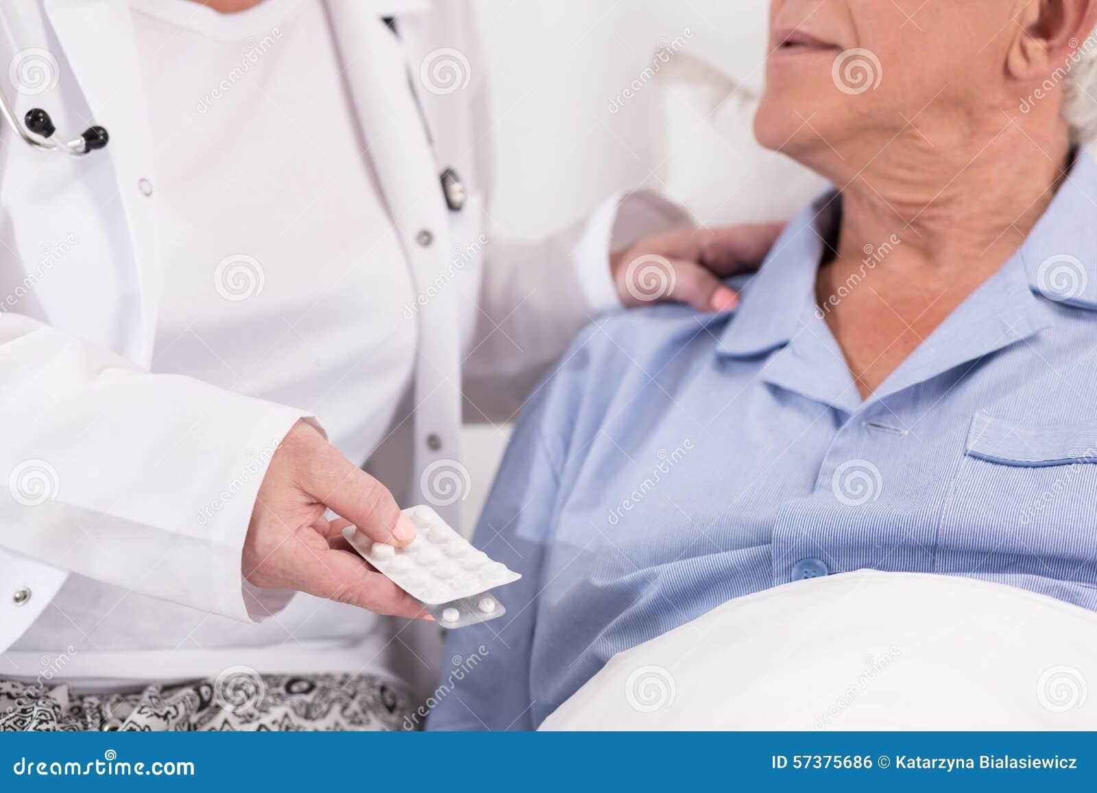 Verpleegster die geneesmiddelen geven